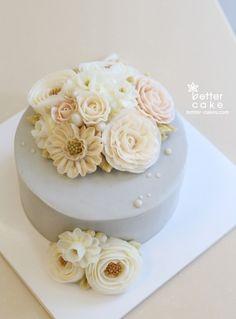Korean Buttercream Flower, Buttercream Flower Cake, Cake Decorating Tips, Cookie Decorating, Pretty Cakes, Beautiful Cakes, Cupcakes, Cupcake Cakes, Flower Cake Design