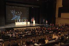 Lliurament dels diplomes als estudiants i estudiantes que participen a l'acte de Graduació de la FCJE del curs 2012-2013