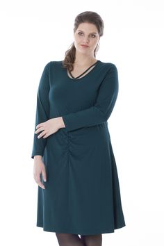 Exelle | Our knee-long jersey dress has a round neckline with an extra cord as if you are wearing a necklace.