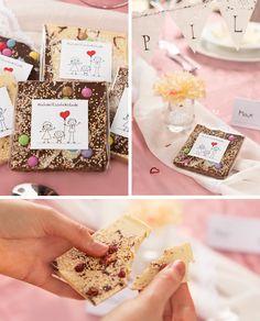 Darüber freuen sich Eure Gäste: Selbst verzierte Schokolade als schön verpacktes Gastgeschenk Place Cards, Goodies, Wedding Inspiration, Gift Wrapping, Place Card Holders, Snacks, Gifts, Diy, Food