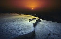 【世界遺産】トルコの真っ白な「綿の城」パムッカレは夕陽で虹色に輝く(画像)