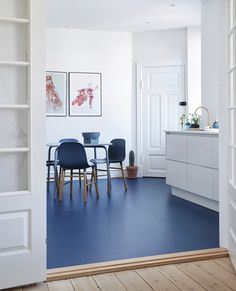 Blue floor combined with blue Form chairs in the home of ⭐ Picture borrowed from 📷 Linoleum Flooring, Kitchen Flooring, Küchen Design, House Design, Interior Design, Blue Floor Paint, Floor Colors, Home Office Decor, Home Decor