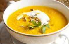 Heleän keltainen porkkana-kookoskeitto lumoaa pirteällä värillään ja viettelee vastustamattomalla maullaan. Lisänä tarjotaan raikasta inkiväärijogurttia. Soup Recipes, Recipies, Thai Red Curry, Ethnic Recipes, Soups, Food, Anna, Recipes, Eten
