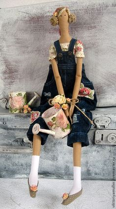 Tilda doll inspiration - with watering can (pajarito) Sewing Dolls, Sewing Clothes, Doll Clothes, Panduro Hobby, Tilda Toy, Doll Maker, Waldorf Dolls, Hello Dolly, Soft Dolls
