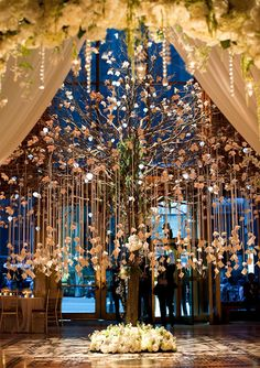 This dreamy escort card tree is inspired by the falling leaves outdoors � and makes a bold first impression!Photo Credit: M B�n�dicte Verley/Flowers By: Tantawan Bloom