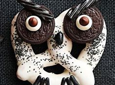 Halloween treats perfect for kids to help make. These chocolate dipped pretzel owls will be a hit at any Halloween party. Décoration Table Halloween, Dulces Halloween, Creepy Halloween Food, Hallowen Food, Halloween Treats For Kids, Halloween Sweets, Halloween Owl, Halloween Goodies, Theme Halloween