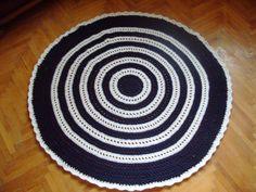 Kék-fehér horgolt szőnyeg