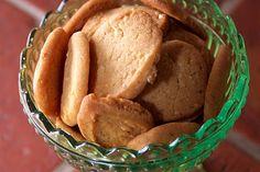 Knäckiga kakor med sirap och mandel
