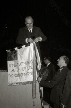 Imposición de cinta a la bandera de la banda de música de la ciudad de San Sebastián. 1963. Kutxateka.