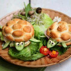 Eine super Idee für den Kleinen Hunger. Dazu benötigt man Brötchen, die man je nach Lust und Laune belegen kann. Das wichtigste aber sind Salatgurken, die man so zurecht schneiden muss, damit sie als Kopf und Füße der Schildkröte verwendet werden können. Mit Mayonnaise werden die Augen gemacht. Dann werden die Schildkröten auf einem Teller …