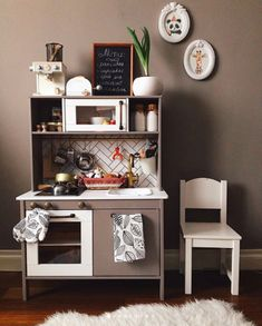 Looking for inspiration and DIY tutorials to hack the Ikea's Duktig kid play kitchen ? We are totally a fan of Ikea hack. This time with the Ikea Duktig kid play kitchen, it's actually more makeovers than hacks.