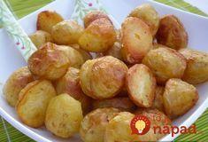 Moja starká ma naučila robiť zemiaky takto a robila som ich presne tak aj v reštaurácii, v ktorej som pracovala. Všetci si si ich nevedeli vynachváliť. Potrebujeme: 1 kg zemiakov (najlepší mladý, ale nie druhý, ktorý hodí) 1