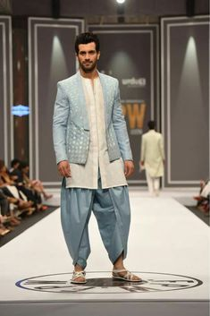 What should the groom wear to the wedding? These 15 Indian Groom Wedding Dress Fashion outfit styles will pretty much cover you the entire wedding. Mens Indian Wear, Mens Ethnic Wear, Indian Men Fashion, Mens Fashion Suits, Groom Fashion, India Fashion Men, Dress Fashion, Indian Ethnic Wear, Indian Style