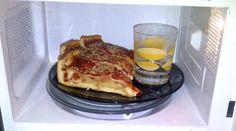 Un Truc pour Réchauffer votre Pizza au Micro-Ondes sans qu'Elle ne Soit Caoutchouteuse.