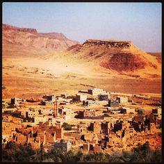 Marruecos, en la ruta de las kasbas..    Aquí: Punto panorámico Muchas de éstas antiguas fortalezas todavía siguen habitadas..
