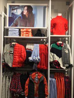 Clothing Store Interior, Clothing Store Displays, Clothing Store Design, Visual Merchandising Fashion, Retail Merchandising, Visual Display, Display Design, New Era Store, Denim Display