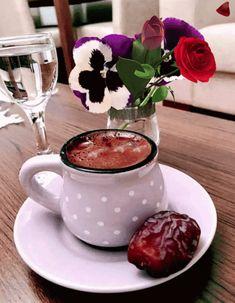 Coffee and flowers Coffee Vs Tea, Coffee Gif, Coffee And Books, Coffee Love, Brown Coffee, Coffee Break, Momento Cafe, Glace Fruit, Café Chocolate