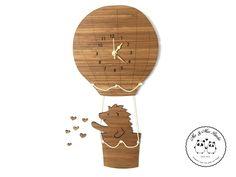 """Wanduhr Igel im Heißluftballon aus Bambus  Coffee - Das Original von Mr. & Mrs. Panda.  Unsere zauberhaften Wanduhren sind für kleine und große Kinder gleichermassen geeignet und verzaubern jeden Raum. Natürlich sind unsere Wanduhren mit absolut lautlosen Uhrwerken ausgestattet.    Über unser Motiv Igel im Heißluftballon  Ein kleiner Igel fliegt im Heißluftballon hoch oben im Himmel der Sonne entgegen...und wirft viele kleinen Herzen auf die Welt.  """"Liebe das Leben und das Leben liebt dich!""""…"""