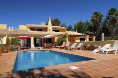 De prachtige villa in Castro Marim heeft u als huurder de beschikking over een eigen privézwembad. Dit vakantiehuis biedt onderdak aan maximaal zes personen en eventueel één huisdier.