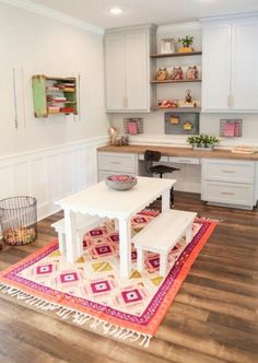 Verliebt in dieses süße Tischchen & die Schale voller Buntstifte ~ Fixer Upper . In Love with this cute little table & the bowl full of crayons~Fixer Upper season 3 Office Playroom, Playroom Design, Playroom Decor, Office Decor, Playroom Ideas, Kid Playroom, Playroom Layout, Organized Playroom, Playroom Table