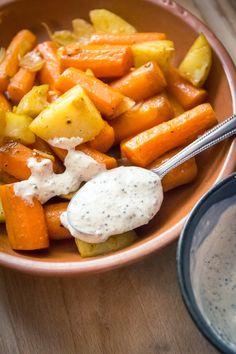 J'adore faire cuire un mélange carottes et pommes de terre au four, c'est simple et délicieux, avec une sauce moutarde végane et un steak de seitan !