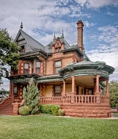 cool 52 Affordable Old House Ideas Look Interesting For Your Home Victorian Architecture, Architecture Old, Beautiful Architecture, Beautiful Buildings, Beautiful Homes, Abandoned Houses, Old Houses, Victorian Style Homes, Victorian Houses
