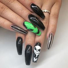 With the rise of nail making, more and more people fall in love with colored nails. And now colored nails are becoming more common, and more and more people are Holloween Nails, Cute Halloween Nails, Halloween Acrylic Nails, Halloween Nail Designs, Best Acrylic Nails, Halloween Party, Halloween Costumes, Witchy Nails, Goth Nails