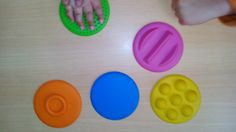 Estimulação sensorial (tátil) da mão em caso de hemiparesia à direita. Mão esta que é negligenciada e não é utilizada funcionalmente.