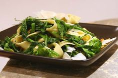 Amazing pea shoot recipes - the pea shoot salad (#1) is *so* good! Find pea shoots at your Farmers Market!