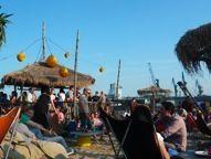 StrandPauli Beach Club @ Landungsbrücken Urban Beaches, Harbor City, Cities In Germany, Hamburg Germany, Most Beautiful Cities, City Break, Beautiful Architecture, Beach Club, Dolores Park
