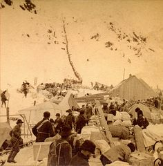 Klondike gold rush ~ Chilcoot Pass, 1898 ~ Notice the long ribbon of miners making their way up the snowy mountain. Famous Pictures, Old Pictures, Old Photos, Vintage Photos, Canadian History, American History, American Women, Panning For Gold, Gold Prospecting