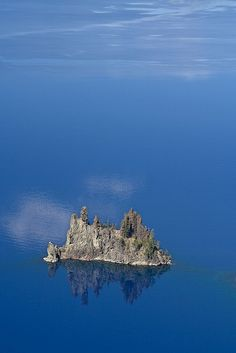 Phantom Ship in Crater Lake, Oregon Crater Lake National Park, National Parks, Places To Travel, Places To See, Crater Lake Oregon, Oregon Lakes, Green Landscape, Travel Usa, Travel Tips