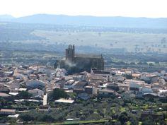Panorámica de Malpartida, con la iglesia del San Juan Bautista dominando, tomada desde el camino de Las Viñas.