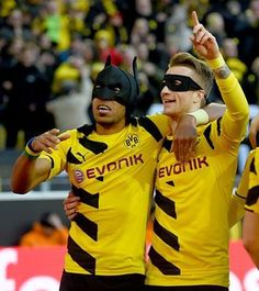 ماركو رويس يرتدي قناع روبين وأوباميانغ يرتدي قناع باتمان في مباراة شالكة بعد تسجيل هدف التقدم الأول