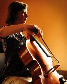 """Camelia CIOBANU   Violoncel   """"Violoncelul a căpătat de curând o foarte mare popularitate, atât în rândul iubitorilor de muzică uşoară, cât şi a muzicienilor profesionişti"""""""