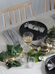 How to make your own sustainable Christmas crackers - Minimalist Christmas table with festive greenery, black plates and linen napkins - a hygge Christmas - a minimalist Christmas - sustainable Christmas decoration ideas Make Your Own, Make It Yourself, How To Make, Christmas Dining Table, Hygge Christmas, Minimalist Christmas, Handmade Table, Christmas Crackers, Christmas Decorations