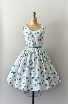 Vintage jaren 1950 jurk, mooie blauwe rose print katoen / lichaam, scoop nek, pleated bodice, voorzien van taille, zeer volledige rok, verborgen zijkant metalen rits  ---M E EEN S U R E M E N T S---  Pasvorm/maat: S/M  Bust: 36-37-inch Taille: 26-27 Heupen: gratis Lengte:  Maker/merk: geen gevonden Voorwaarde: Uitstekend, maar de ontbrekende oorspronkelijke riem.  - - - - - - - - - - - - - - - - - - - - - - - - - -  Instagram: sweetbeefinds Facebook: sweet bee vindt vinta...