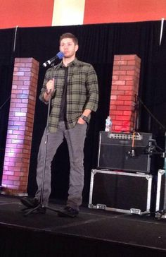 Fangasm @FangasmSPN  ·  .@JensenAckles reacts to a question about Dean maybe not being John's son lol #chicon14 - what a load of hooey! (look at his face)