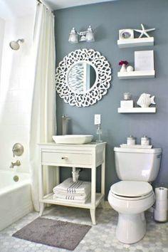 Weniger ist Meer: Die einheitlich in Weiß gehaltene Deko und die blaue Wand kreieren auf kleinem Raum einen maritimen Look.