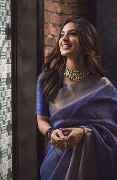 Kleider für feste Do You Show Your Love To Your Child? Trendy Sarees, Stylish Sarees, Indian Bridal Outfits, Indian Designer Outfits, Indian Designers, Sari Dress, The Dress, Net Saree Blouse, Look Fashion