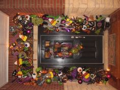 43 Stylish Front Yard Ideas For Christmas - The front yard of your home says a lot about you. This makes it all the more important that you pay special attention to the appearance of your home. Halloween Garland, Halloween Door Decorations, Halloween Trees, Halloween Porch, Halloween Signs, Outdoor Halloween, Halloween Projects, Holidays Halloween, Happy Halloween