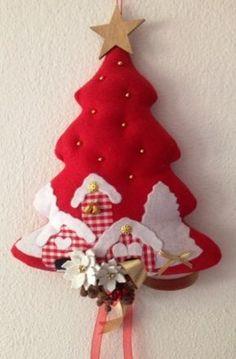 Albero fuori porta natalizio in stoffa Handmade Christmas Decorations, Felt Christmas Ornaments, Christmas Mom, Christmas Sewing, Christmas Embroidery, Beautiful Christmas, Christmas Wreaths, Christmas 2019, Felt Crafts