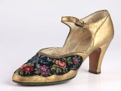 Open T-strap gold leather shoes with vamp embroidered with large rose flowers in Berlin work, 1920s
