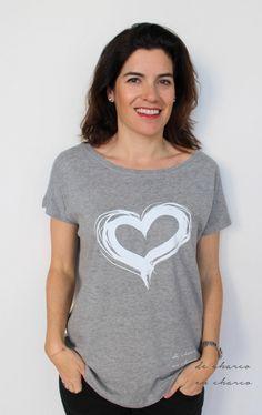 Camiseta mujer oversize CORAZON BLANCO de DECHARCOENCHARCO en Easy (22,95€). Disfruta de un 10% de descuento con el código PIN10.  Tee for women with a grey heart. Available at www.decharcoencha.... Enjoy a 10% off using PIN10 code.