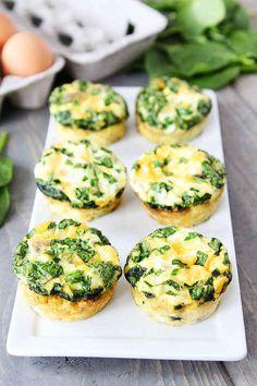 Eier-Muffins mit Würstchen, Spinat und Käse
