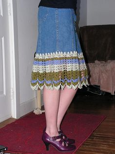 Free tutorial on how to add crochet trim to a denim skirt.