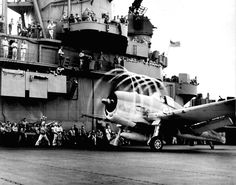 F6F Hellcat fighter of US Navy VF-5 preparing to launch off carrier USS Yorktown (Essex-class) to attack a target in the Marshall Islands, 20 Nov 1943. (US National Archives)