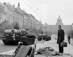 Les chars communistes entrent dans Prague...ce sera bientôt le drame de Jan Palach