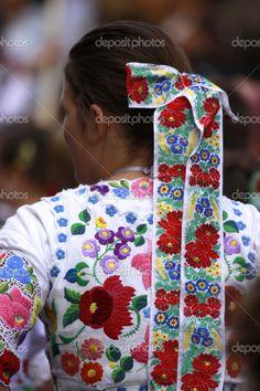 Junges mädchen in traditionellen ungarischen tracht gekleidet