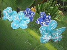 Tutorialby yoopidou: fabric plumeria flower    http://www.craftster.org/forum/index.php?topic=440996.0